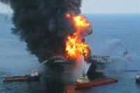 Тушение пожара на плавучей буровой установке Deepwater Horizon в Мексиканском заливе.