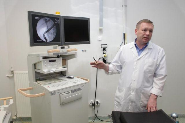 Врачи Салехарда провели редкую операцию, спасая онкобольного от удушья