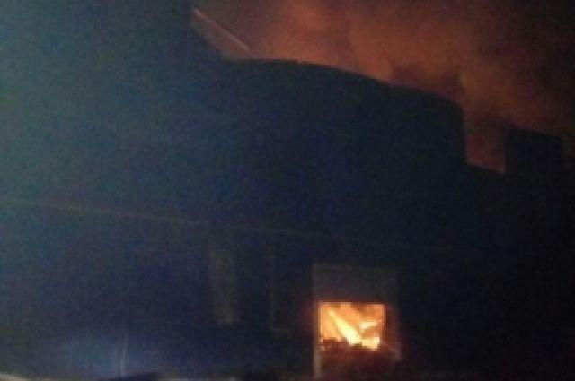 В Новосергиевском районе горит завод на площади 6600 кв.м, пострадавших нет