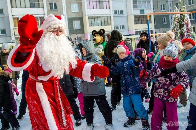 Зимний волшебник провёл для детворы весёлый праздник.