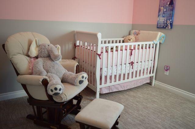 В Новосибирске мама бросила маленькую девочку ночью одну в квартире