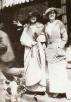 """В приюте Коко Шанель очень быстро научилась шить и начала создавать: вышивку по ткани, чепчики для монахинь и прочие вещи. Но увы - на двое было начало ХХ века и женщинам светило только две возможности - выйти замуж или зарабатывать на жизнь тяжким трудом. Ни о каком """"салоне"""" и уж точно - модном доме, речи не шло. Но Габриэль Шанель, проработав два года в парижском кабарэ вдруг поняла - если она сама не научится пробивать стены лбом, никто не сделает этого за нее. Так появилась """"белая шляпа"""" - первое творение будущего модельера. На фото - Шанель в этой шляпе."""