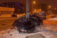 Автомобиль Honda врезался в фонарный столб в Днепре на Набережной Победы в среду, 9 января.