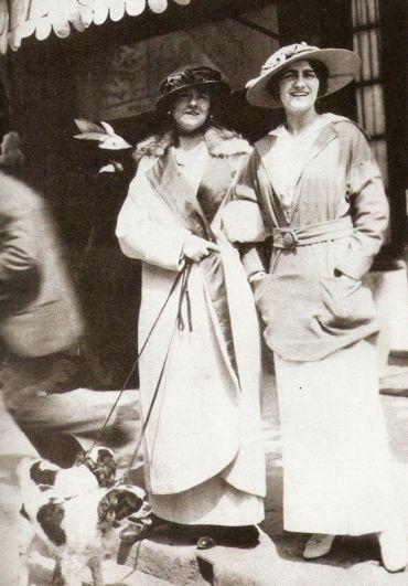 В приюте Коко Шанель очень быстро научилась шить и начала создавать: вышивку по ткани, чепчики для монахинь и прочие вещи. Но увы - на двое было начало ХХ века и женщинам светило только две возможности - выйти замуж или зарабатывать на жизнь тяжким трудом. Ни о каком