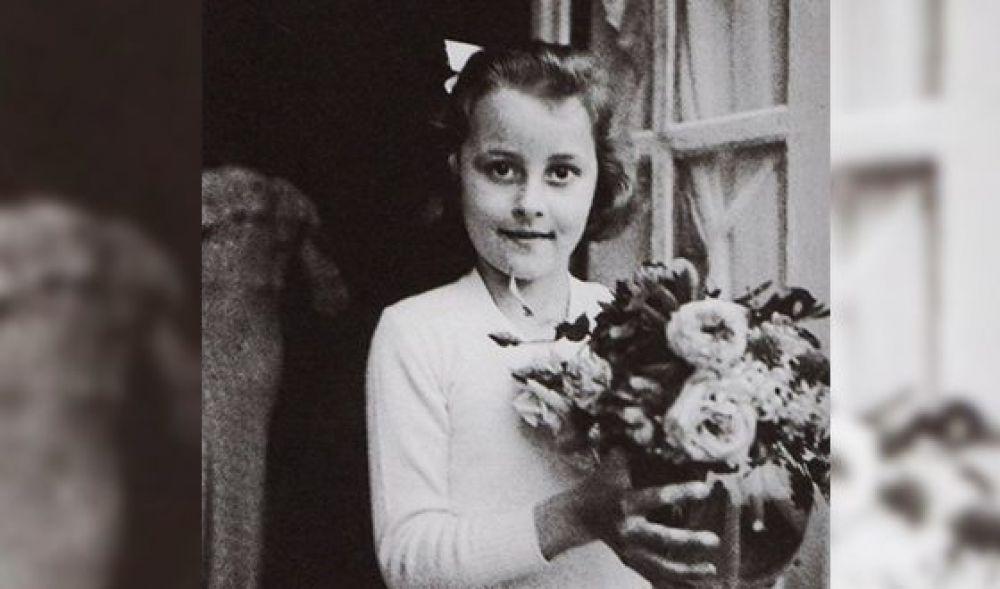 Культовой персоной и знаменитым модельером Коко Шанель (на самом деле Габриэль Бонёр) стала не благодаря, а вопреки. Родившись в бедной семье, она в 11 лет вместе с сестрой попадает в приют. Мать умерла от туберкулеза, а отец уехал на заработки, оставив девочек одних. Но иногда высшее несчастье порождает в нас великую силу. Так случилось и с Коко Шанель.