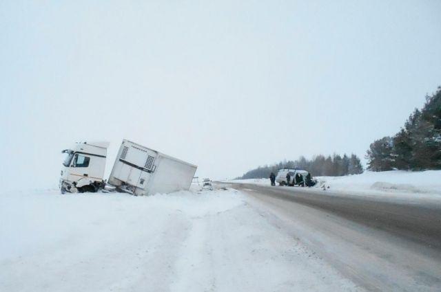 В результате столкновения пассажиры автомобиля «ГАЗ» двое мужчин – 1992 и 1984 годов рождения –получили травмы.