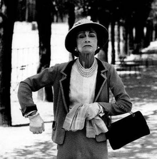 Кстати, многие гениальные вещи Коко Шанель создавала только потому, что они были нужны и ей самой. Маленькое черное платье можно было надеть и на работу, и вечером на прием, что облегчало жизнь, а шляпы создавали совершенно новый образ. Сумка 2.55 вызвала ажиотаж, ведь пришла на смену неудобным ридикюлям и сумкам через плечо.