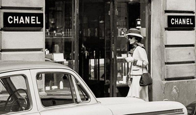 Майским днем 1955 года на улице Камбон, 31, вновь открывает свои двери бутик