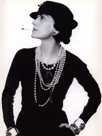 В 1920-ые стиль Шанель - это дерзкие юбки короче принятого, маленькие шляпки и такое же маленькое черное платье, а еще - крепкая сигарета. В те годы дизайнер яро поддерживала идею суфражисток, ведь неоднократно натыкалась на осуждение дам за то, что не побоялась открыть собственное дело и не доверила свои дела какому-нибудь мужчине.