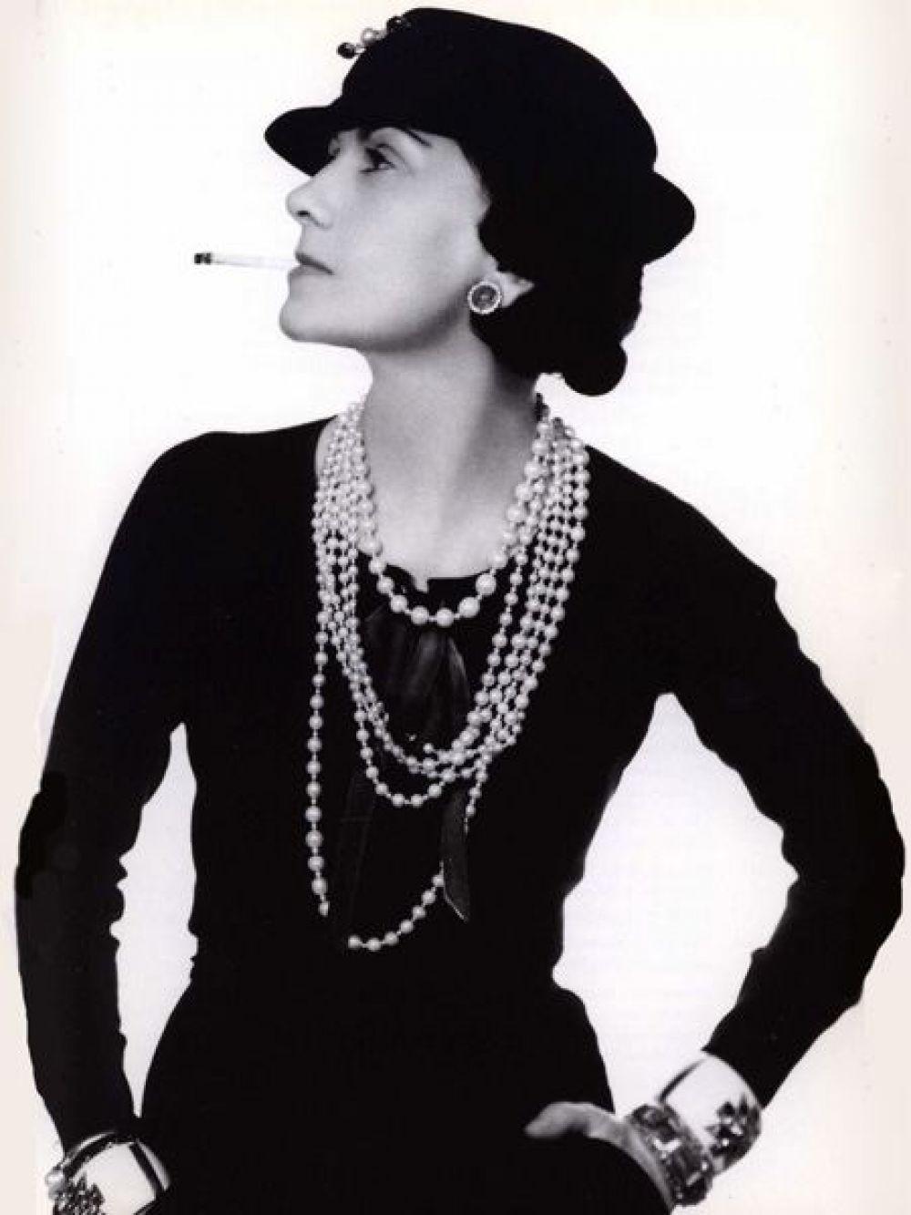 """В 1920-ые стиль Шанель - это дерзкие юбки короче принятого, маленькие шляпки и такое же маленькое черное платье, а еще - крепкая сигарета. В те годы дизайнер яро поддерживала идею суфражисток, ведь неоднократно натыкалась на осуждение дам за то, что не побоялась открыть собственное дело и не доверила свои дела какому-нибудь мужчине. """"Был весь мир и была Коко Шанель"""" - так про нее и до сих пор говорит Карл Лагерфельд, продолжатель традиции Дома Моды Шанель."""