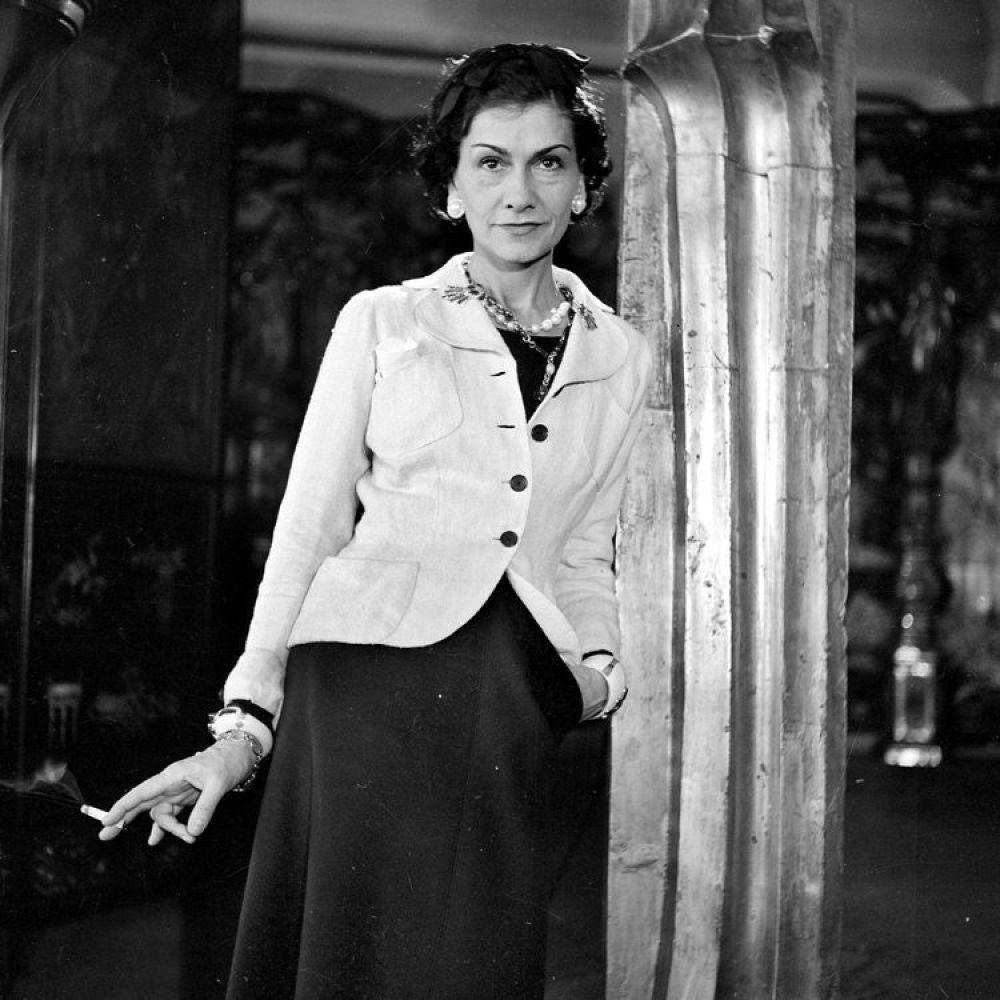 """После войны Коко Шанель до 1953 года жила в Швейцарии, ведь в родной Франции не то что магазин, даже ателье открыть не удавалось - так много было врагов у Коко. Но """"живое не может быть уродливым"""", а талант всегда найдет дорогу, поэтому уже в 1954, после трех модных сезонов, Коко Шанель с триумфом возвращается в мир моды. Только теперь она создает стиль."""