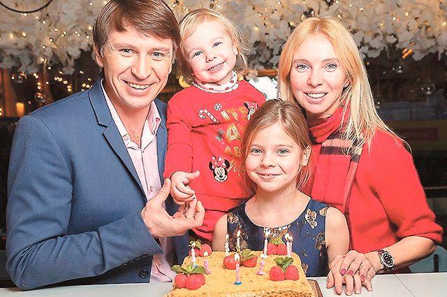 Алексей Ягудин и Татьяна Тотьмянина с дочками Елизаветой и Мишель.