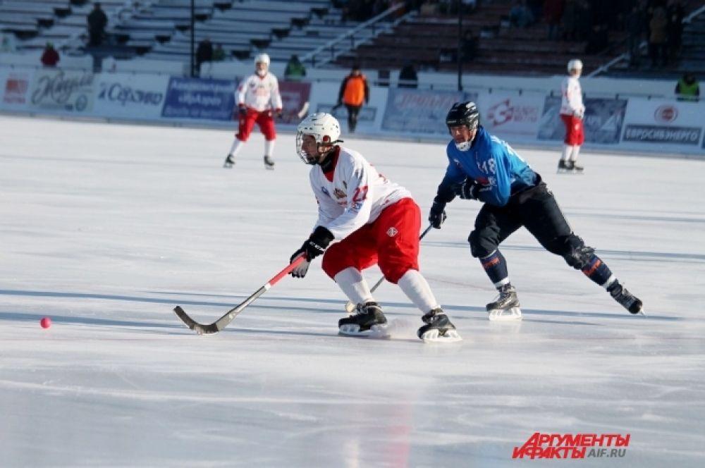 Хоккеист иркутской команды преодолевает плотные редуты у чужих ворот.