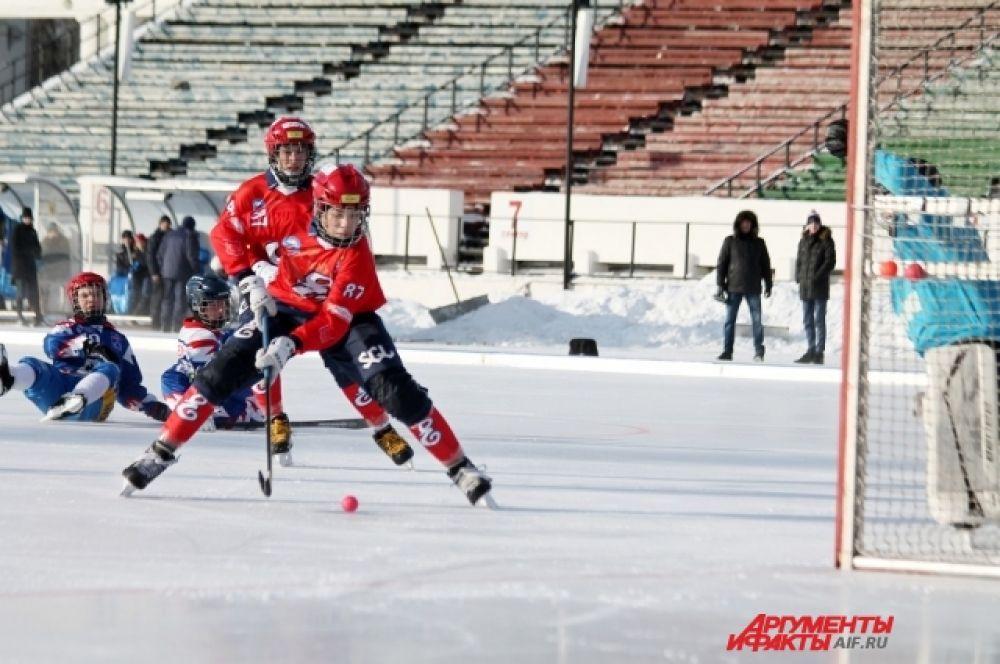 После трех туров лидерство захватили «Енисей» из Красноярска, «Кузбасс» из Кемерово и «Сибскана» из Иркутска. У них по 9 очков.