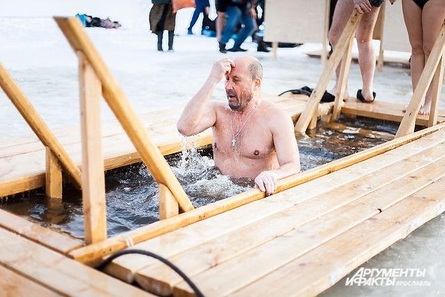 Для удобства купальщиков на лёд положат деревянные трапы.