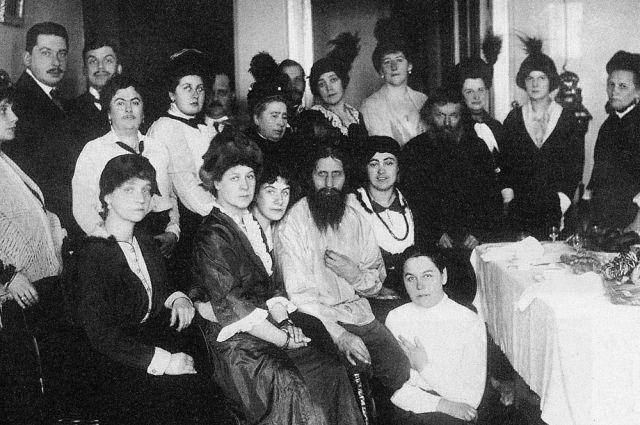 Григорий Распутин в окружении поклонниц из высших слоёв петербургского общества, 1914 г.