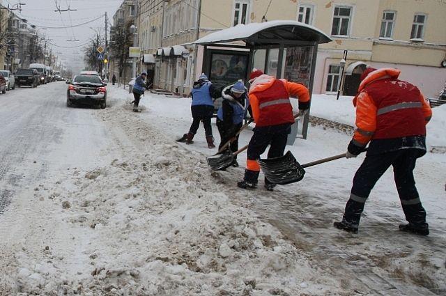 Перед Новым годом работники коммунальных служб надели наряды Деда Мороза и Снегурочки.