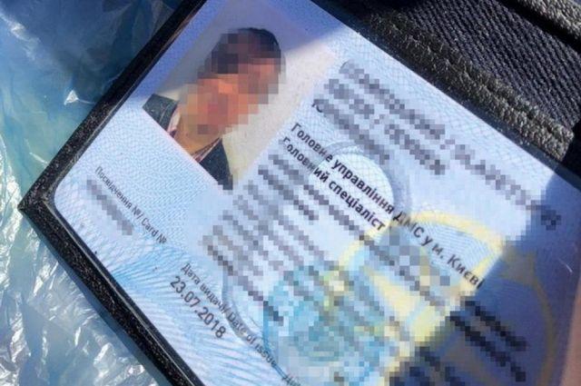 В правительстве обяжут госслужащих оформлять удостоверения нового типа