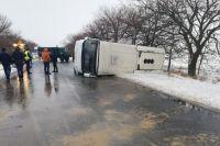 Возле села Половинки Николаевского района водитель не справился с управлением и автобус перевернулся.