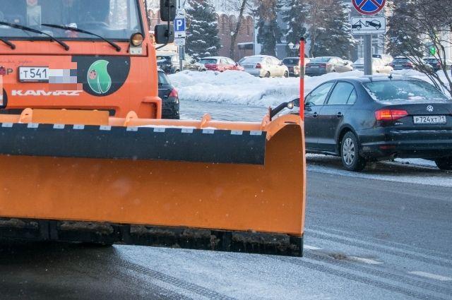 Несколько сотен машин в снегопады работали на дорогах края.