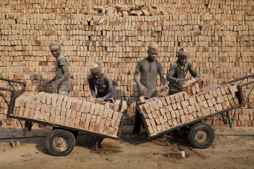 Работники кирпичного завода в Дакке, Бангладеш.