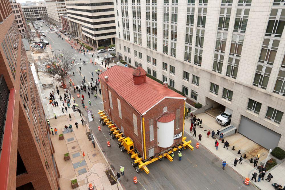 Первая и самая старая синагога в Вашингтоне с помощью платформы с дистанционным управлением перевозится в новое место, где станет частью Еврейского музея, Вашингтон, США.
