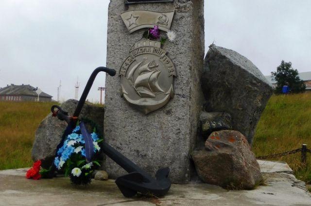Памятник погибшим соловецким юнгам на Соловках.