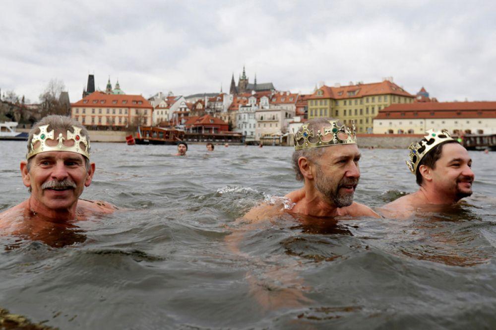 Участники традиционного заплыва перед Крещением на реке Влтаве в Праге, Чехия.