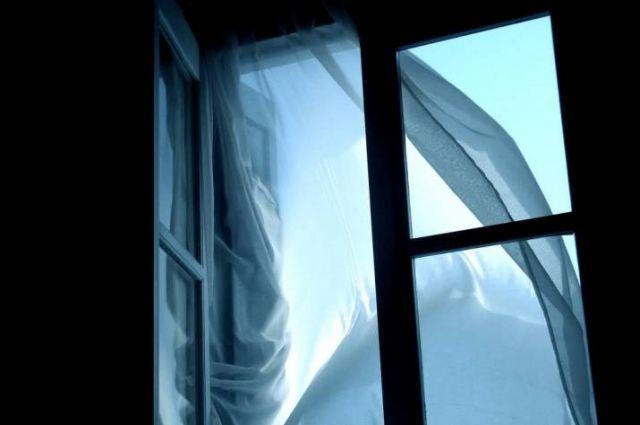 В Киеве мужчина выпрыгнул из окна гостиницы Крещатик, которая находится в центре столицы.