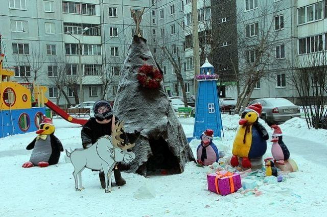 Во дворе на ул. Северо-Енисейской, 50-52 появился уголок крайнего Севера с чумом, чукчей, оленем и пингвинами