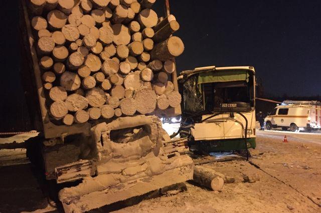 На записи видно, как автобус врезается в поворачивающий лесовоз.