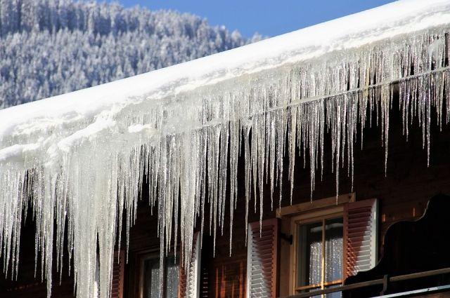 В Салехарде взяли под контроль снег на крышах