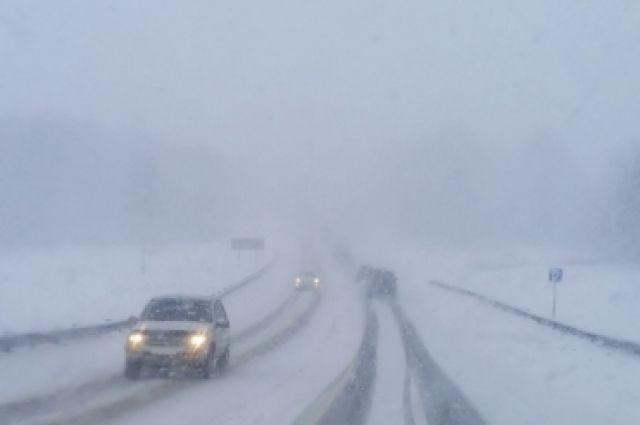Сильный снегопад не дает даже примерно рассчитать, когда трасса будет очищена от переметов.