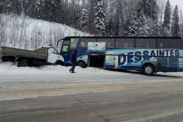 На 67-м километре автодороги Полазна-Чусовой водитель ГАЗ-33106 не выбрал безопасную скорость движения и столкнулся с автобусом.
