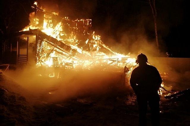 На остановке Совхозной в Хабаровске охватило огнем автосервис.