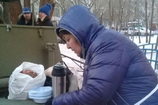 Асия Качесова на полевой кухне.