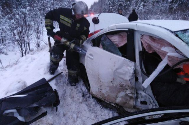 Одного из пострадавших спасателям пришлось доставать из автомобиля с помощью специнструментов.