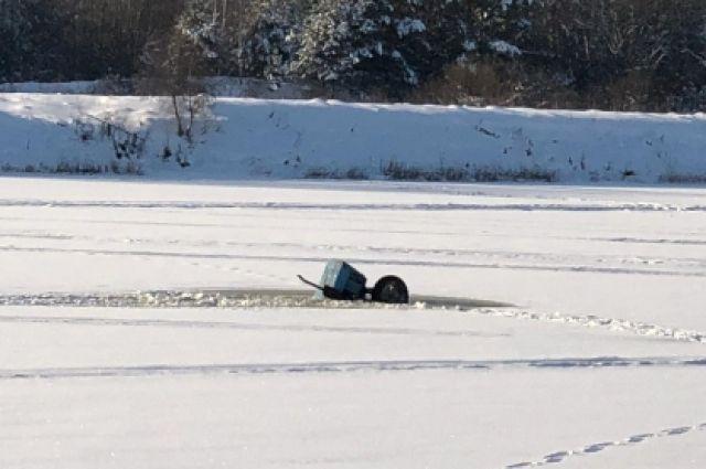 Трое жителей деревни провалились под лёд.