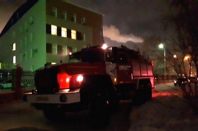 В Омской области пожарные спасли женщину из окна горящей квартиры