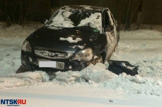 В Новотроицке «Лада Приора» перевернулась на крышу и врезалась в столб