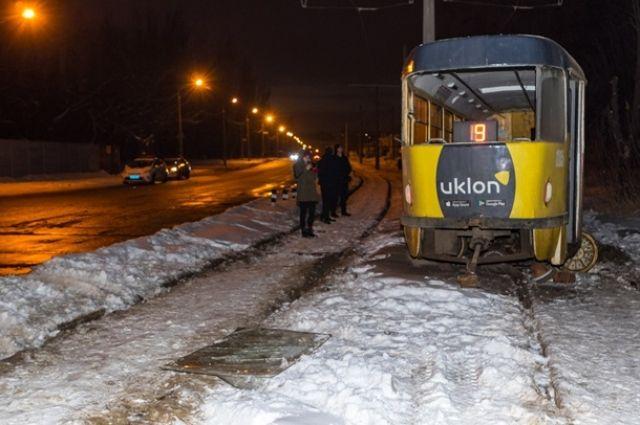 В Днепре на улице Любарского в воскресенье, 13 января, трамвай маршрута №9 сошел с рельсов, пострадали 4 человека.