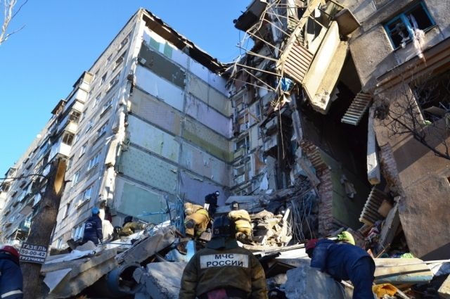 ВМагнитогорске начали сносить обрушившиеся после взрыва подъезды жилого дома