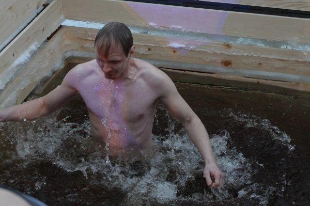 Погружение в ледяную воду может быть опасным для неподготовленного человека.