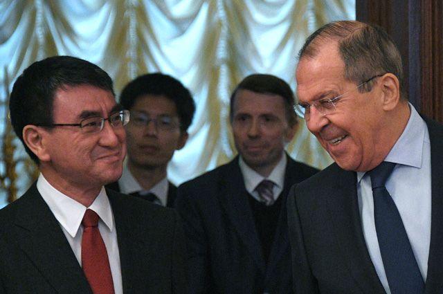 Министр иностранных дел Японии Таро Коно и Сергей Лавров.