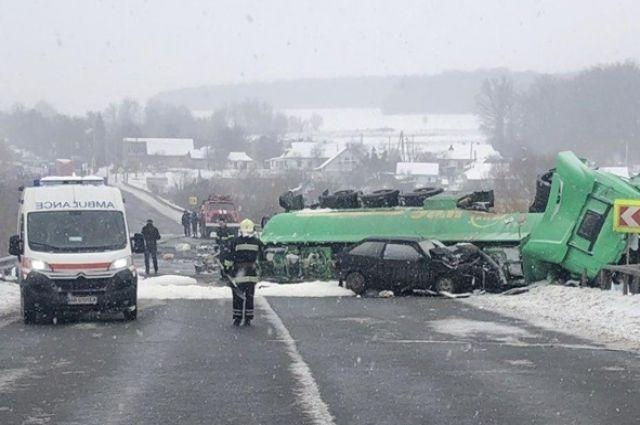 В Винницкой области в понедельник, 14 января, при въезде в Вороновицу произошло масштабное дорожно-транспортное происшествие с участием бензовоза.