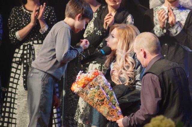 Юлия Самойлова исполнила новую песню вместе с финалистами конкурса «Новая Звезда-2019».