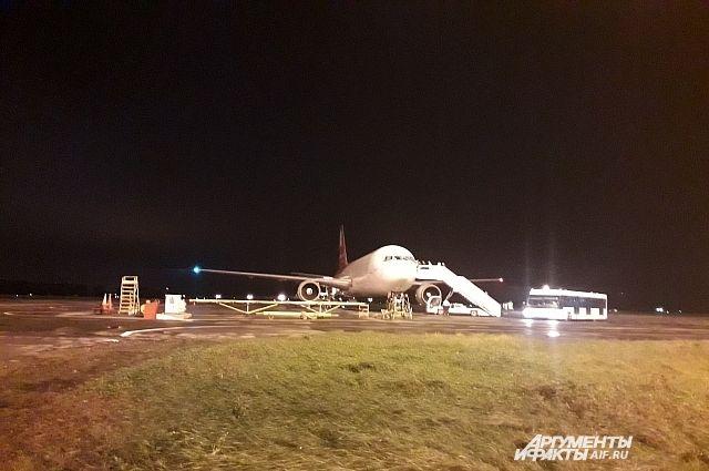 Следователи установят, почему у самолета в Тюмени задымился двигатель