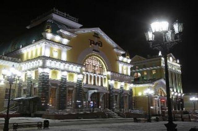 Здание железнодорожного вокзала также подсвечено.
