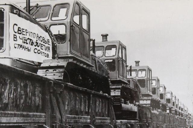 В честь 50-летия СССР на ЧТЗ  были произведены сверхплановые тракторы, 1972 г.