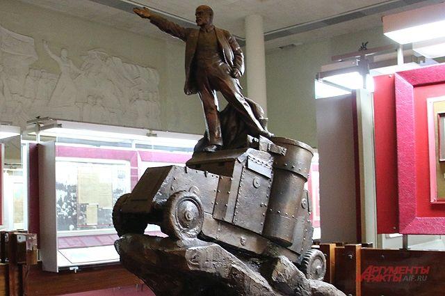 «Лысый большевик залез на броневик» – один из многочисленных экспонатов мемориала-музея вождя мирового пролетариата.
